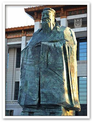 孔子像走进天安门广场,是胡锦涛和谐社会的具体体现.